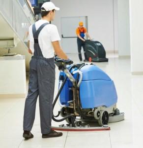 Homme avec machine pour nettoyer le sol